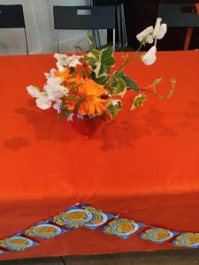 Fringe flowers table display (credit: Dan Osborne)